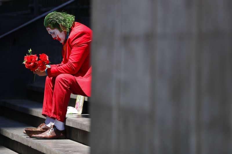 新冠肺炎(武漢肺炎)衝擊墨西哥,當地一名街頭藝人扮成「小丑」營業,並表示擔憂未來沒有辦法維持生計。(AP)
