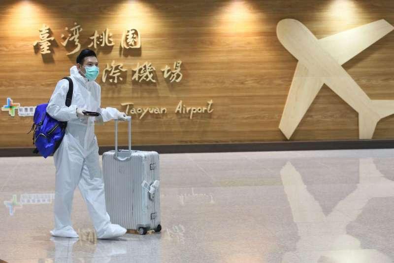 因疫情壓力,搭機往往得要防護衣、口罩「全副武裝」。(柯承惠攝)
