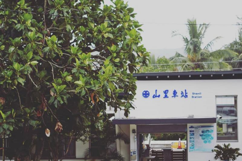 位在台東卑南鄉山區偏遠位置的山里車站,每日班次不多。(圖/翻攝自,travelerluxe@instagram)