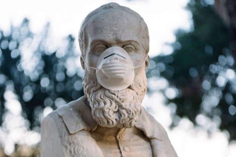 在義大利宣布全國進入封城狀態前夕,Pestilli前去貝佳斯公園將口罩逐一戴到這些古人雕像的頭上。© Federico Pestilli