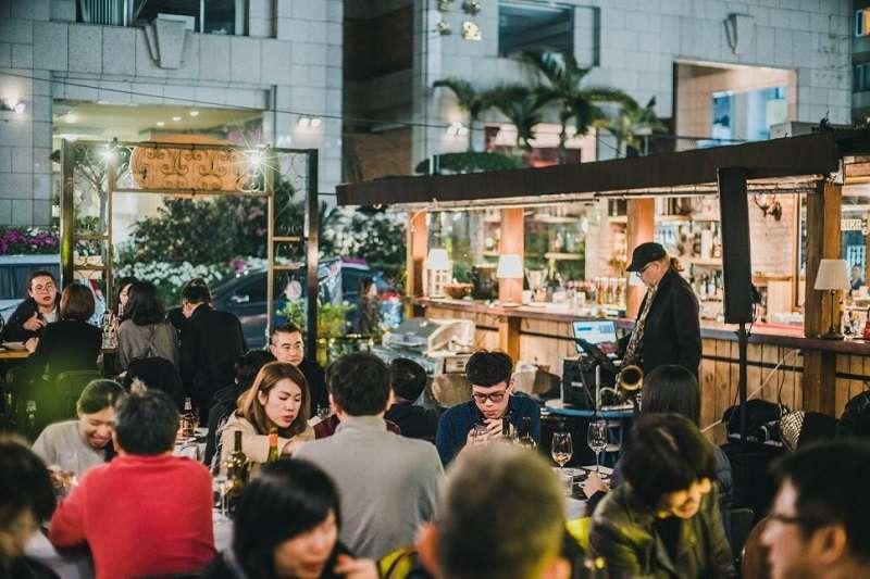 在戶外餐酒館用餐不僅有半開放式空間欣賞月色,吃美食還能享受百萬美景。(圖/Plan B 歐陸街頭市集小酒館粉專)