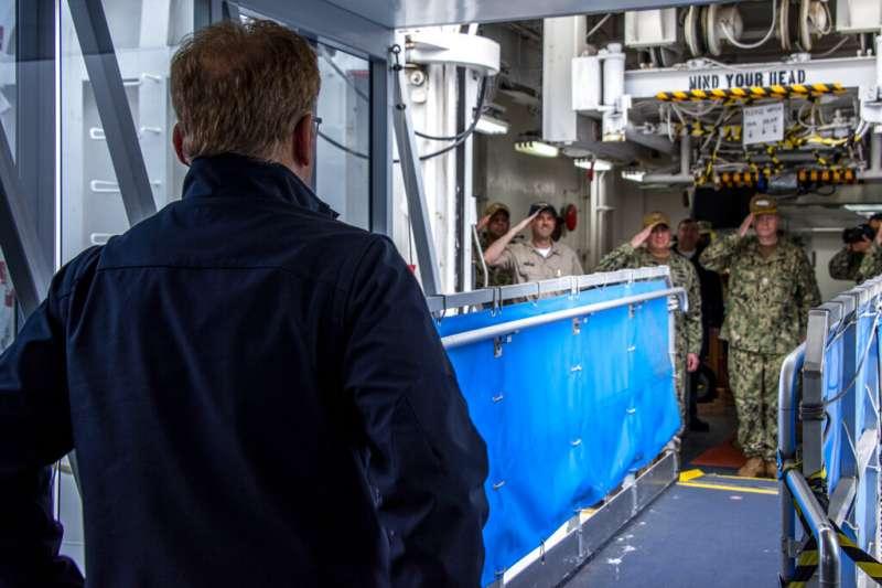 美國代理海軍部長莫德里(Thomas Modly)正在醫療艦「慈悲號」上視察。(美聯社)