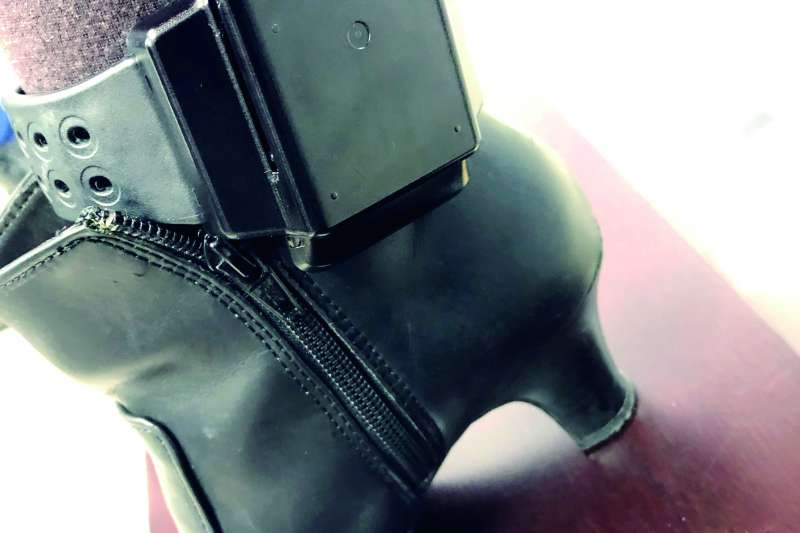 韓國的電子腳鐐僅180克,比台灣現行使用的265克來得輕巧。(法務部提供)