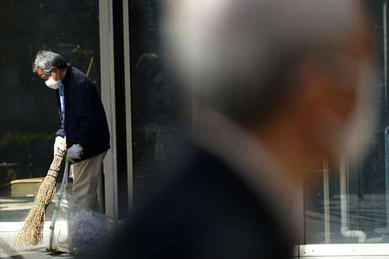 日本疫情逐漸升高,東京民眾也紛紛戴起口罩自保。(美聯社)