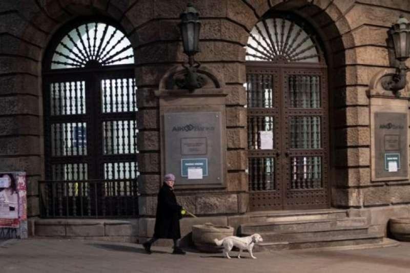 塞爾維亞曾經規定「遛狗一小時」阻止人們隨意外出,但後來因遭受抗議而放棄。 (BBC中文網)