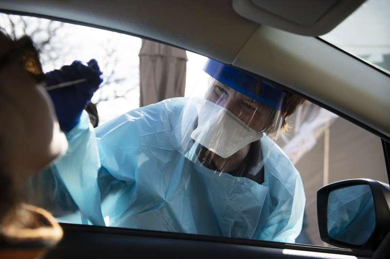 新冠肺炎疫情席捲全球,各國篩檢的標準與規模也引發關注(AP)