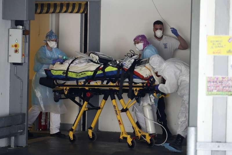 4月1日,法國西北部雷恩市,一名武漢肺炎患者被送進醫院接受治療(美聯社)