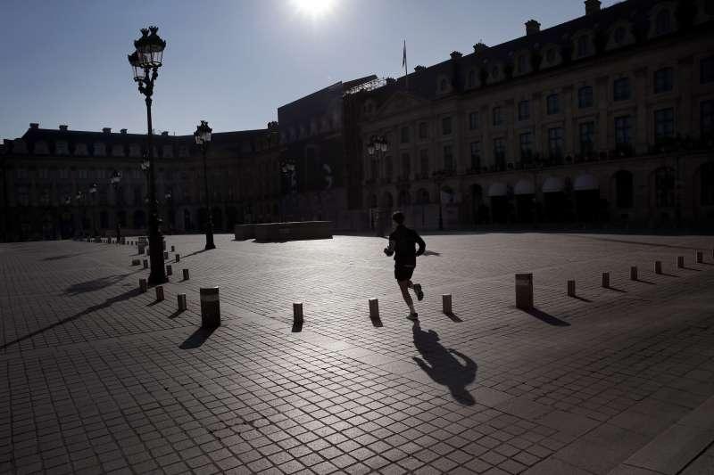 4月1日,法國受到武漢肺炎疫情影響,全國封鎖,巴黎芳登廣場上只有一名慢跑的男子(美聯社)