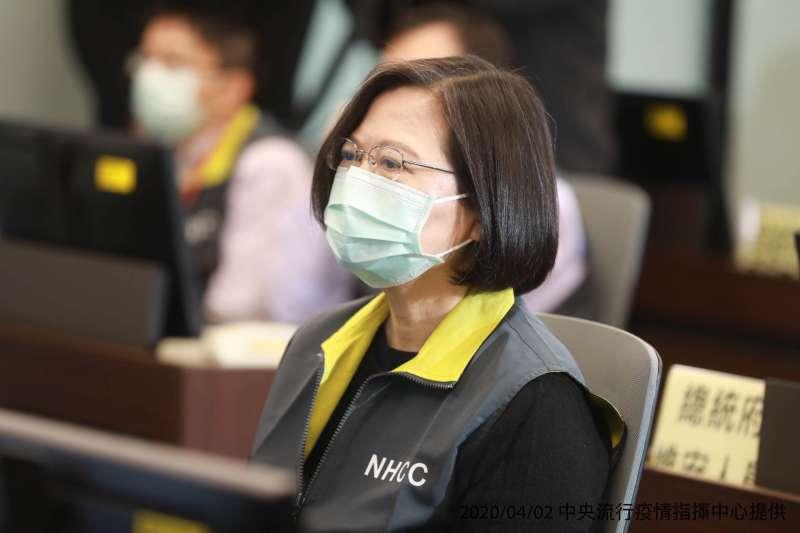 20200402-總統蔡英文2日訪視中央流行疫情指揮中心。(中央流行疫情指揮中心提供)