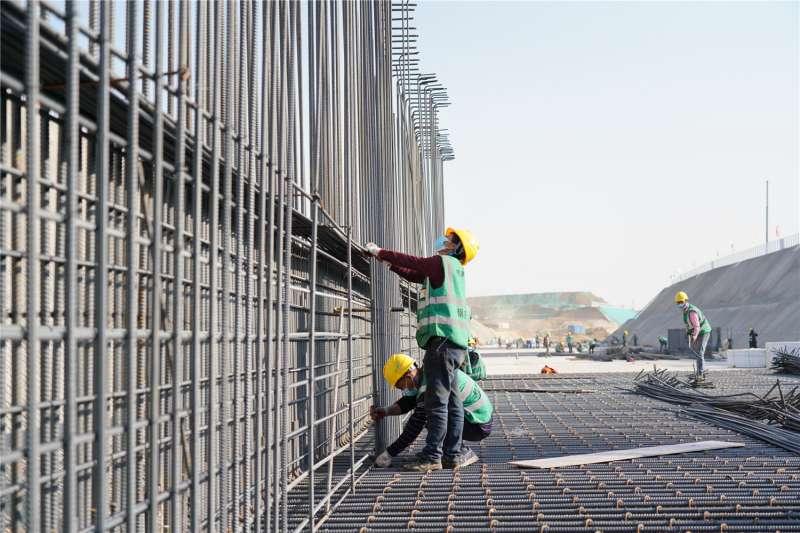 工人在河北雄安新區容東片區綜合管廊專案建設現場施工(新華社)