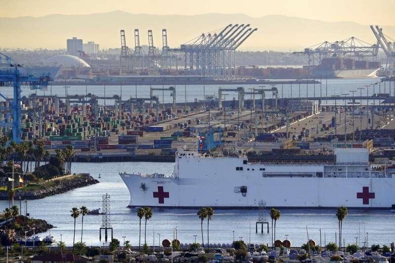 3月31日下午,美國一名火車駕駛員開火車衝出軌道,意圖撞美國海軍醫療船「慈悲號」。(AP)