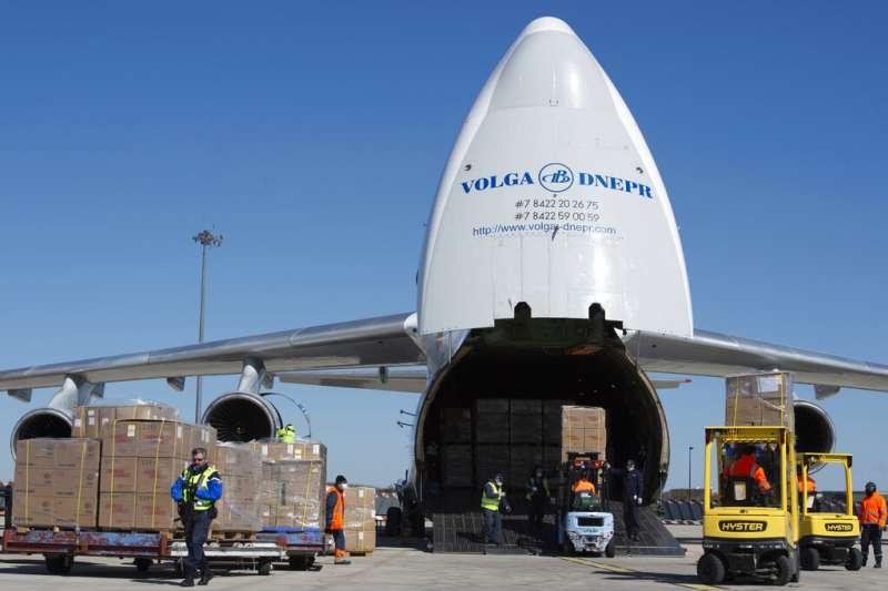 法國向中國購買的一批口罩3月31日抵達法國機場,法國安全部隊抵達護送。(AP)
