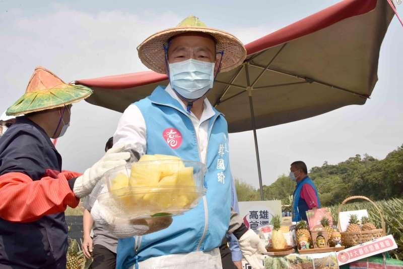 高雄市長韓國瑜(見圖)今(3)日到大樹區鳳梨田了解鳳梨種植狀況,並當場「現削現吃」為鳳梨品質掛保證。(資料照,高雄市政府提供)