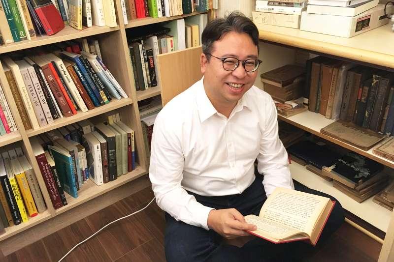 20200403-民進黨立委黃世杰家中有滿滿的書籍,館藏十分驚人。(黃世杰提供)