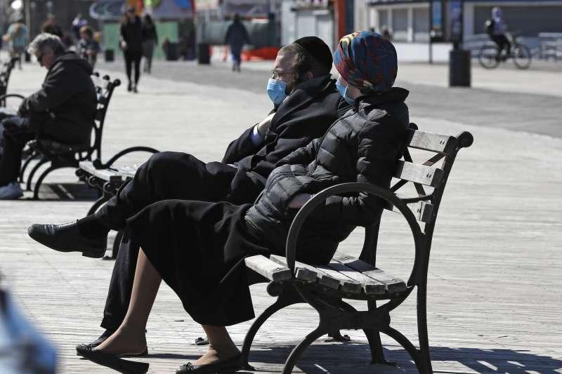 美國疾病管制中心建議,美國人民生活中應配戴非醫療口罩。(AP)