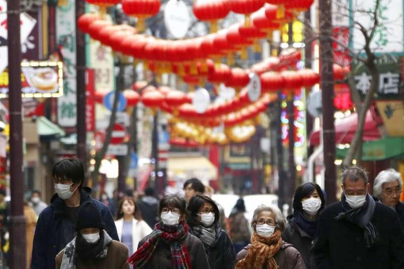 日本受新冠肺炎(武漢肺炎)衝擊,3月31日橫濱中國城依舊人潮眾多,民眾多半戴口罩逛街。(AP)