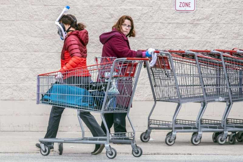 新冠肺炎疫情侵襲美國,民眾全副武裝到超市採購(AP)