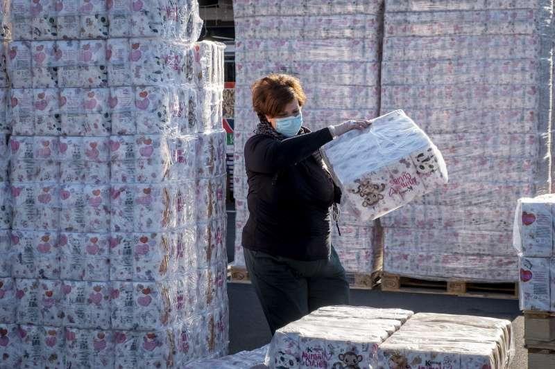 新冠肺炎疫情侵襲全球,衛生紙成為各國民眾瘋搶的物資(AP)