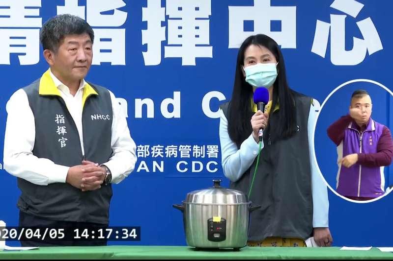 中央流行疫情指揮中心指揮官陳時中(左)5日親自示範用電鍋蒸口罩,教導民眾如何延長使用壽命。(取自衛福部疾管署YouTube直播)