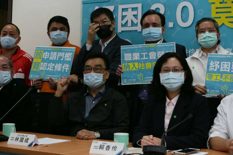 民眾黨團5日上午召開「紓困2.0 莫忘基層職工」記者會,邀多位基層職業工會理事長參與。(民眾黨團提供)