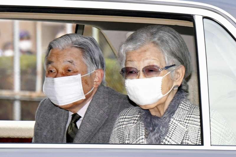 2020年新冠肺炎(武漢肺炎)疫情侵襲各國,日本前任天皇夫婦也戴上口罩防疫(AP)