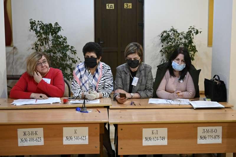 武漢肺炎:脫離喬治亞獨立的阿布哈茲目前零確診,圖為阿布哈茲選委會人員戴口罩(AP)