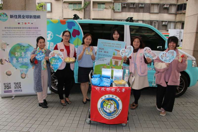 移民署臺北市服務站為前來洽公的民眾贈送越南香包防疫。(圖/內政部移民署提供)