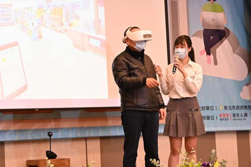 新北市長侯友宜體驗VR虛擬實境英語,到便利商店用英語購物。(圖/新北市教育局提供)