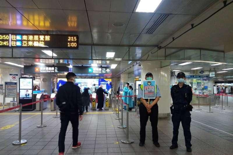 台北捷運自4日開始,進入閘門、搭乘捷運都必須全程佩戴口罩。(台北市政府提供)