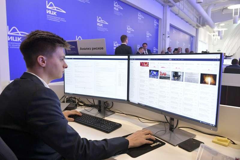 武漢肺炎:俄羅斯加大監控媒體,限縮新聞自由。圖為緊急應變中心職員注意疫情動態(AP)