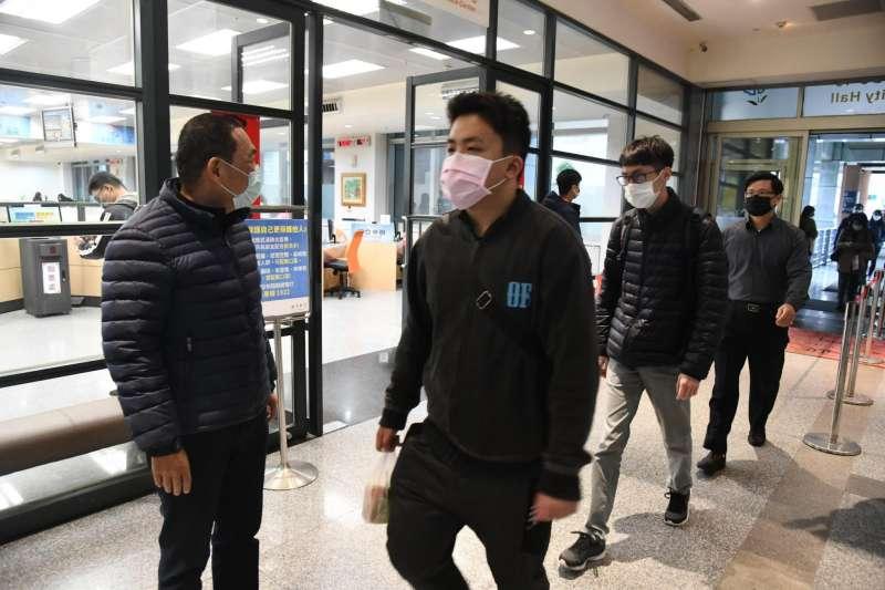 新北市長侯友宜視察市府進出人員戴口罩狀況。(圖/新北市新聞局提供)