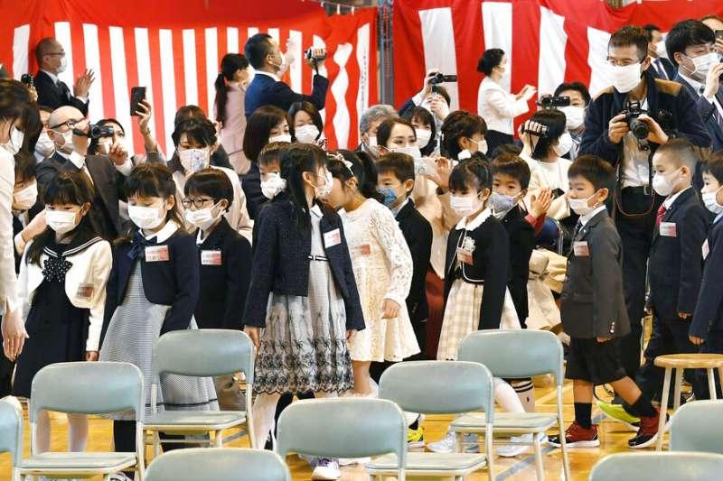 日本許多小學6日迎來開學典禮,但部分地區7日很可能又要因為「緊急事態宣言」開始停課。(美聯社)