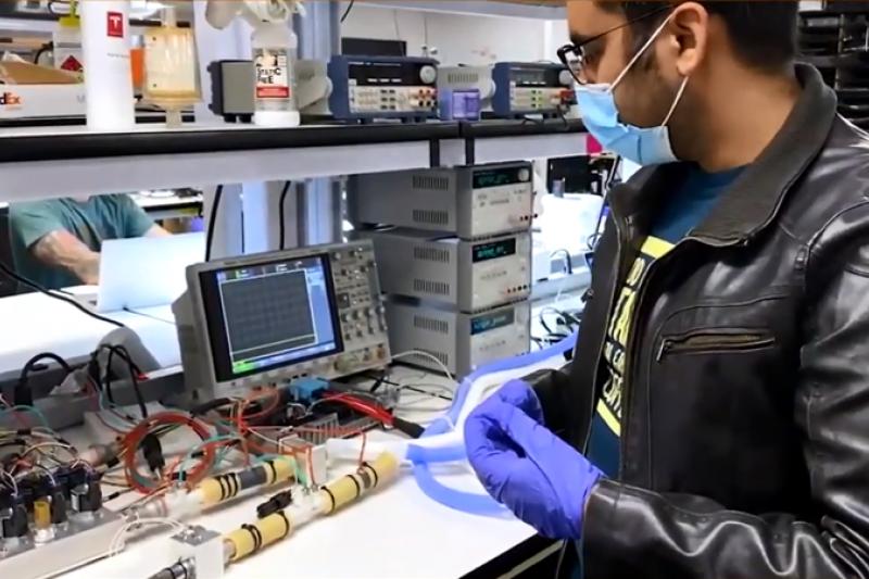一名工程師說,這種呼吸器的設計非常依賴特斯拉汽車零件。(圖/截取自Youtube)