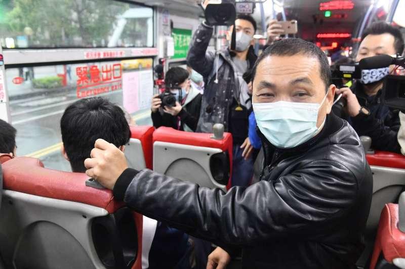 侯友宜視察學生搭公車戴口罩狀況。(圖/新北市交通局提供)