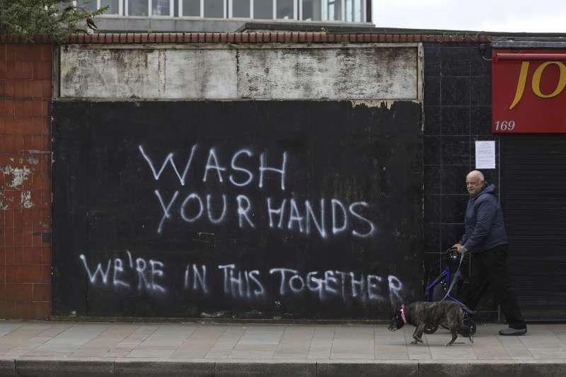 武漢肺炎:英國北愛爾蘭路邊標語寫著「洗手,我們團結一致」(AP)