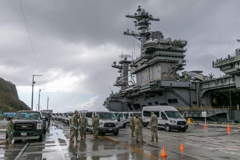 停靠在關島基地的美軍「羅斯福號」航空母艦。(美國海軍)