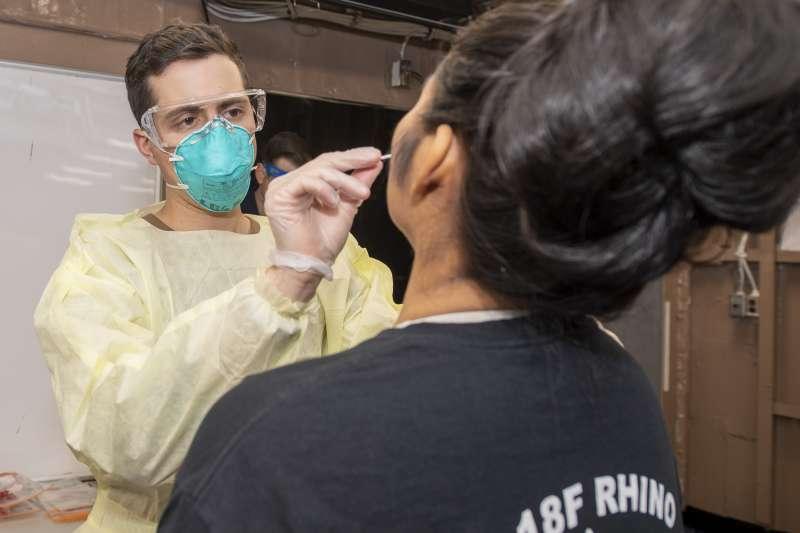 醫護人員正在採集「羅斯福號」航母水兵的檢體。(美國海軍)