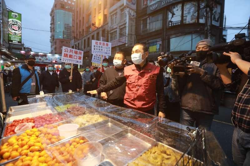 新北市長侯友宜(紅衣者)今(8)日宣布,新北市各市場及夜市的攤商即日起都必須戴上口罩。(資料照,新北市新聞局提供)