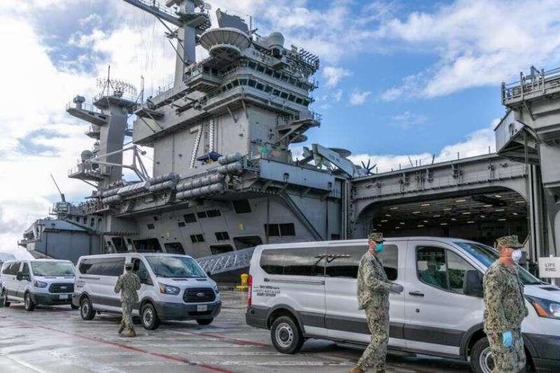 美國海軍將西奧多・羅斯福號航母上的水兵接到關島岸上設施做隔離和身體檢查。(美國海軍)