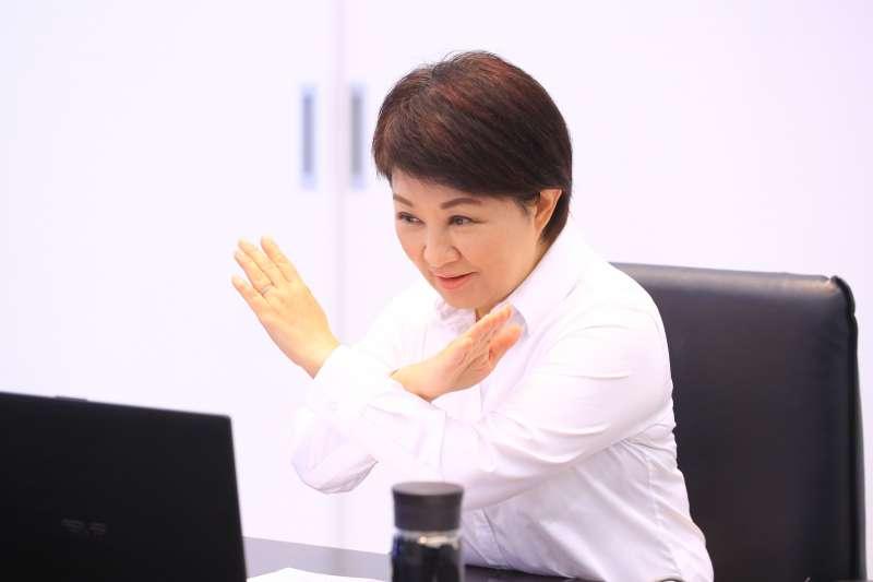 市長盧秀燕透過視訊與學童一同在鏡頭前交叉雙手說「不」,呼籲遊客垃圾不落地,一同愛惜環境。(圖/台中市政府提供)