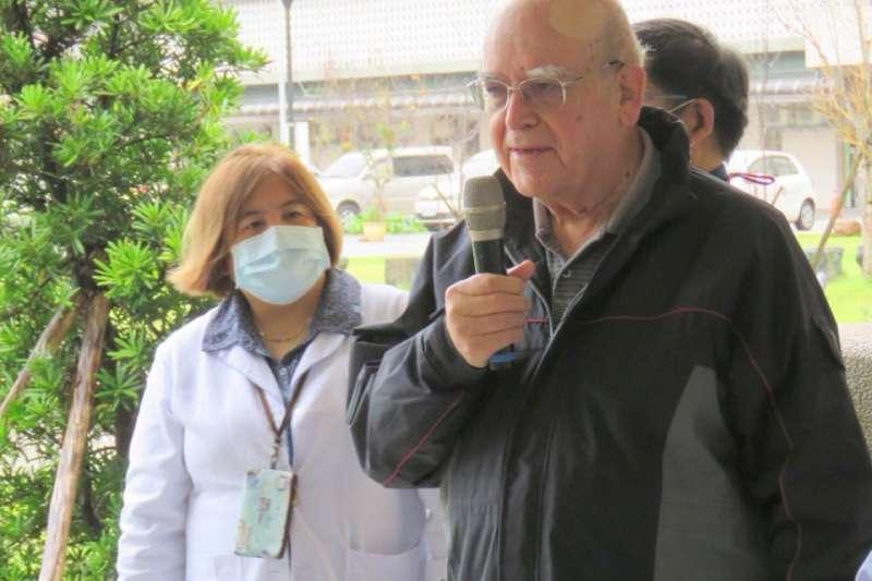 義大利神父呂若瑟(右)自1965年就到台灣奉獻,並於2017年獲頒中華民國身分證。(取自羅東聖母醫院臉書)