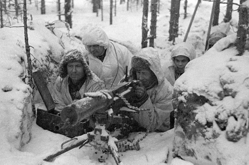 冬季戰爭時的芬蘭軍馬克沁重機槍陣地,身穿白色雪衣的芬蘭軍人是蘇聯紅軍眼中的「白色惡魔」。(圖片由作者提供)
