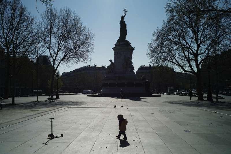 從3月17日起,法國全境封鎖。4月1日,一名小孩獨自走過巴黎無人的共和國廣場(美聯社)