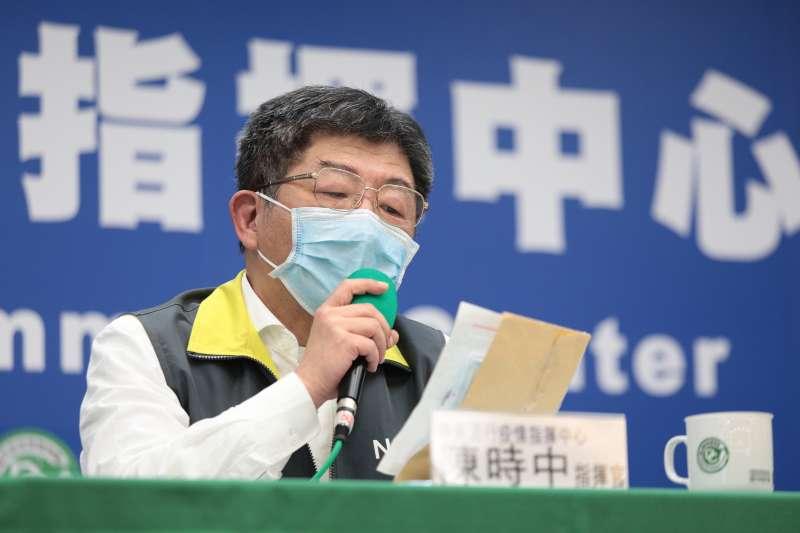 20200408-中央流行疫情指揮中心指揮官陳時中(見圖)拿出一封由10歲小朋友寫給他的信。(中央流行疫情指揮中心提供)