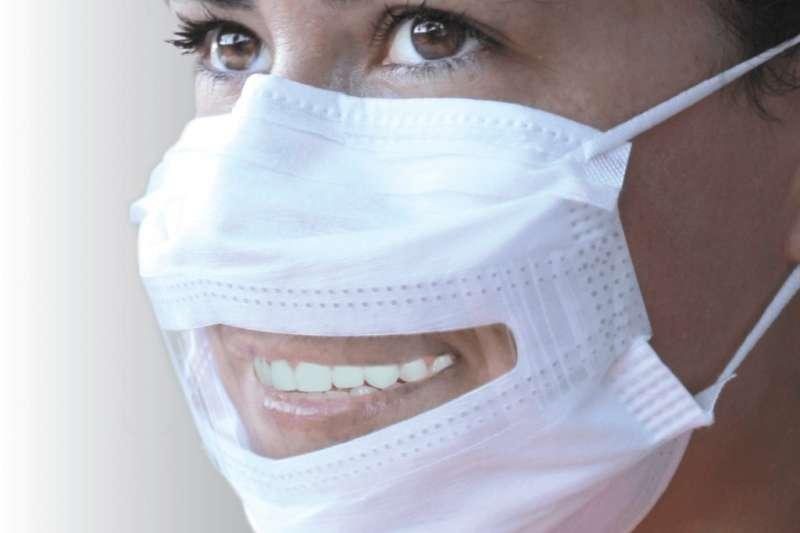 美國品牌SafeNClear Inc.在2018年推出的口罩不只防護效果好,也方便聽障人士讀唇語溝通。(圖/取自官網)