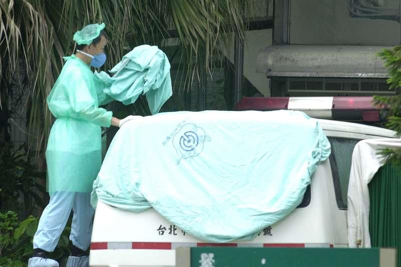 醫療院所的清潔工、沿路清運垃圾的清潔隊與騎車送餐的外送人員被點名可能是防疫破洞。圖為17年前和平醫院封院情況。(林瑞慶攝)