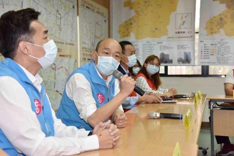 高雄市長韓國瑜(見圖)視察鳳山區公所防疫措施,並同時慰問里幹事於防疫期間付出了辛勞