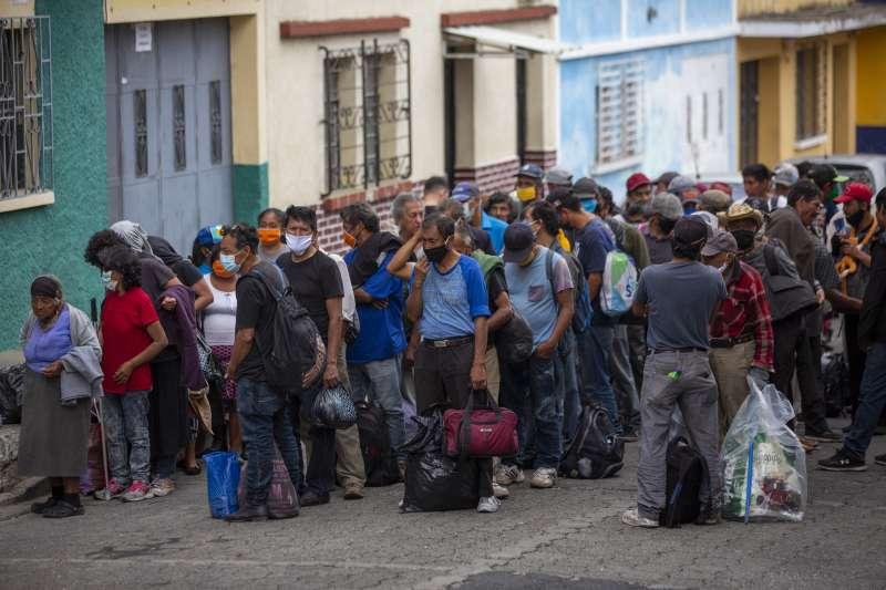 武漢肺炎疫情衝擊全球,瓜地馬拉實施宵禁,4月1日,瓜地馬拉首都的遊民等著進入臨時避難所(美聯社)