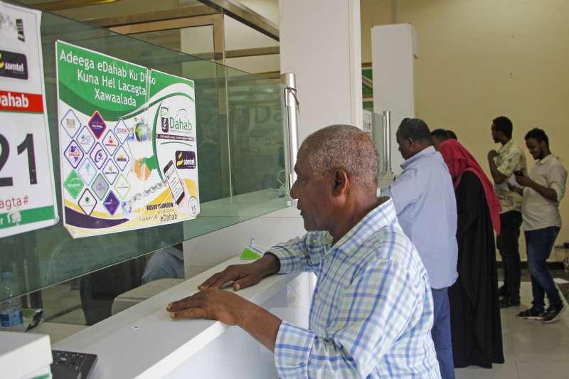 東非索馬利亞薩布多一家人的生活仰賴住在美國的表弟艾哈邁德匯回的錢(美聯社)