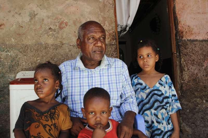 東非索馬利亞薩布多(中)一家人的生活仰賴住在美國的表弟艾哈邁德匯回的錢(美聯社)